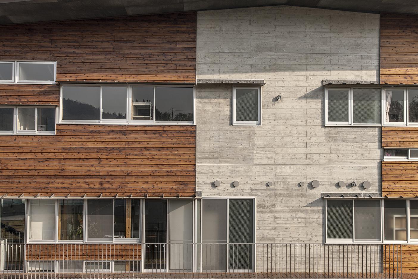 木材とコンクリートで出来た外観
