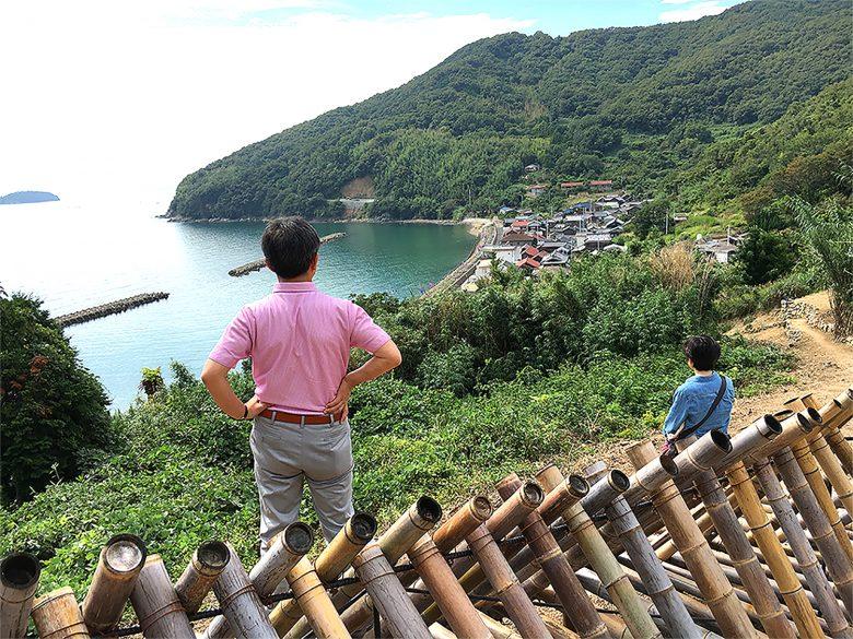 シシ垣から見る穏やかな堀越。