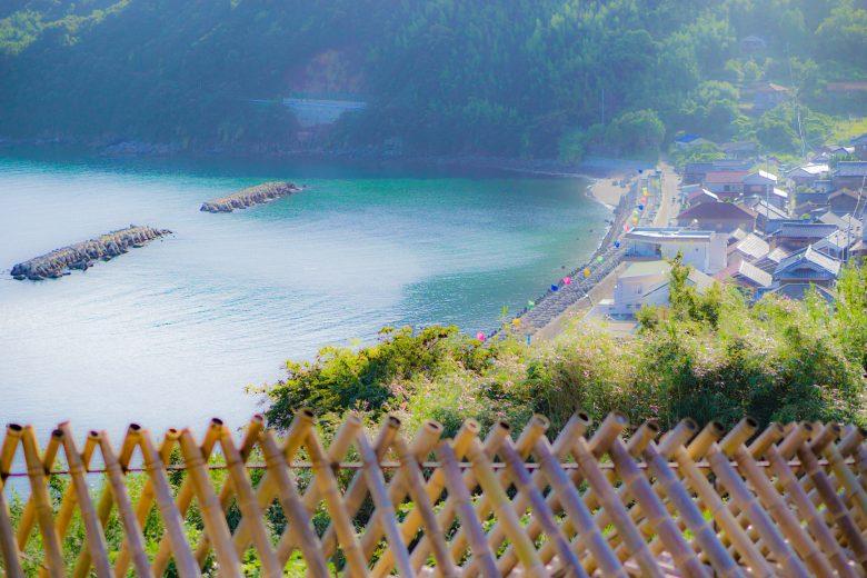 シシ垣まで行くと、浜道に並ぶのぼりが見渡せます!