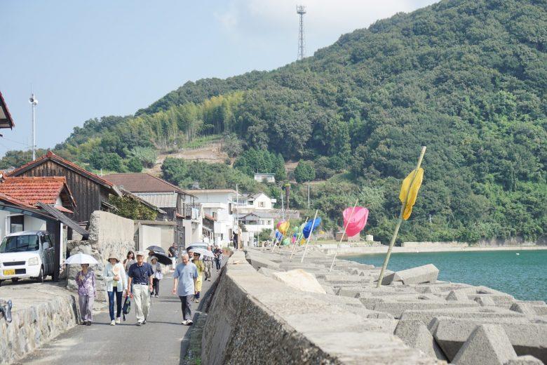 シシ垣から浜道を沿って「堀越暮らしの写真展」へ