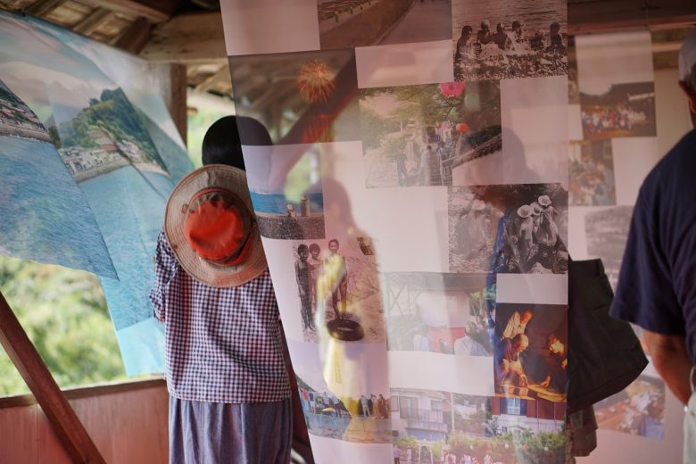 荒神社舞台での「堀越暮らしの写真展」をご案内させて頂きました